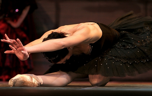 芭蕾女演员单腿跪舞姿简析